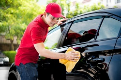 Ein Mann wäscht ein Auto