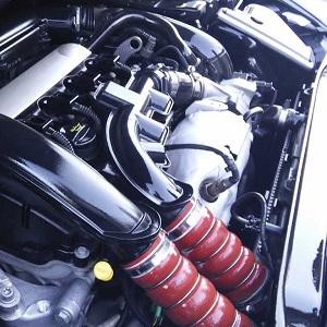Sauber polierter Motorraum eines Autos