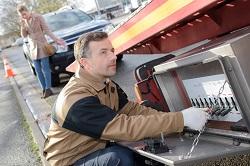 Ein Abschleppdienst kümmert sich um ein Pannenfahrzeug