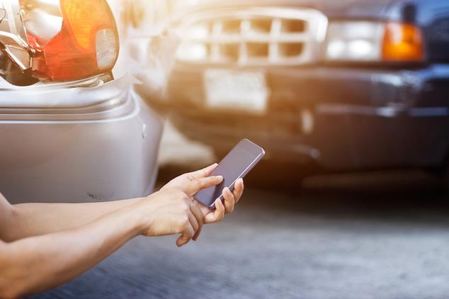 Nach einem Unfall wird per Handy die Unfallhilfe des ARCD angefordert