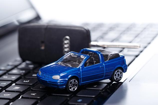 Auto Abmelden online: Modellauto auf Tastatur