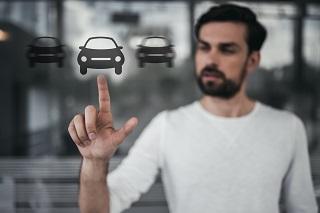 Ein Mann sucht per Autogesuch nach einem PKW.