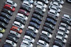 Viele Autos stehen auf einem Parkplatz für Autoauktionen