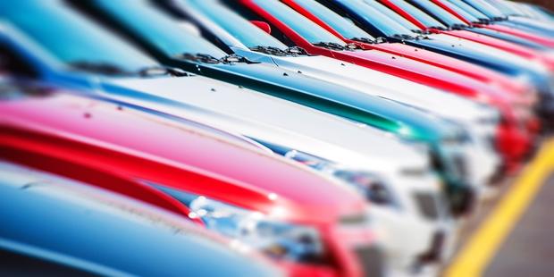 Autos in Rot und weiteren Farben