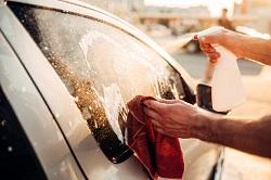 Im Sommer wird ein Auto gewaschen