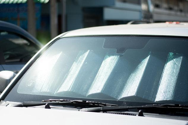 Autopflege im Sommer: Sonnenschutzmatte