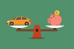 Grafik eines Autos und eines Sparschweins auf einer ausgeglichenen Waage