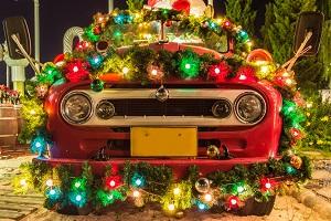 Weihnachtlich dekoriertes Auto