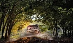 Ein Geländewagen fährt durch einen Wald