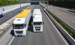 Ein LKW überholt einen anderen auf der Autobahn