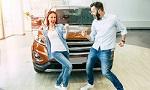 Ein Paar freut sich über seinen Neuwagen
