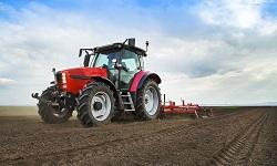 Ein Traktor auf dem Feld