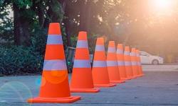 Pylonen stehen für ein Fahrsicherheitstraining bereit