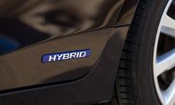 Plakette an einem Hybridauto