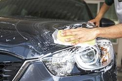 Ein Auto wird von Hand gewaschen