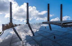 Die Schornsteine des zum Stammwerk Wolfsburg gehörigen Heizkraftwerks vor einem Glasdach