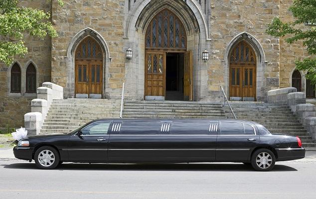 Limousine verkaufen: Stretchlimousine vor einer Kirche