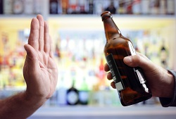 Hand lehnt Bier ab