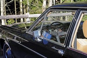 Seitlicher Blick auf einen schwarzen Opel Admiral mit beigefarbenem Interieur
