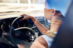 Frau am Steuer eines Autos