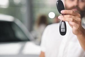 Mann hält Autoschlüssel ins Bild