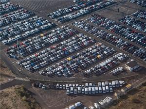 Luftaufnahme von Renault Neuwagen auf dem Werksparkplatz