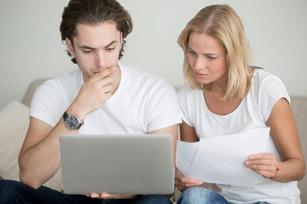 Un couple cherche des informations pour résiliation assurance voiture