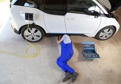 Ein Elektroauto wird überprüft