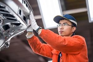 Ein Toyota-Mitarbeiter prüft einen Produktionsschritt in der Fabrik