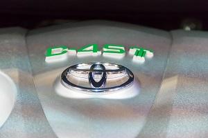 Toyota-Logo: Detailansicht auf einem Motorblock
