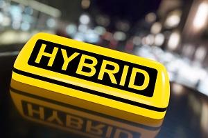 """Ein Taxischild mit dem Schriftzug """"Hybrid"""" statt """"Taxi"""""""