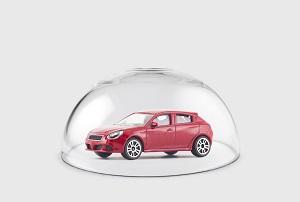 Auto unter Glaskuppel
