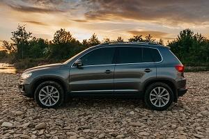 Ein Volkswagen Tiguan bei Sonnenuntergang auf einem Geröllfeld