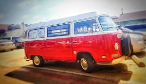 Ein Volkswagen Transporter der zweiten Generation (T2) in Rot