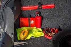 Wichtige Gegenstände wie Warnweste, Erste-Hilfe-Koffer und Warndreieck im Kofferraum