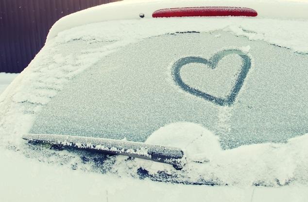 Winterauto: Herz im Schnee auf einer Heckscheibe