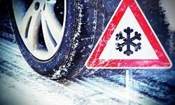 Auto mit Winterreifen und Schneeflockensymbol