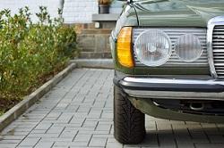 Halbe Frontansicht eines alten Fahrzeugs